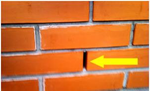 Зазор оставляется для того чтобы стена дышала