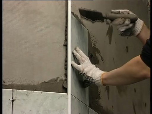 Приклеивание керамогранита на стену