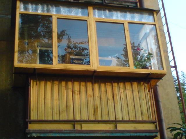 остекление балкона деревом с выносом