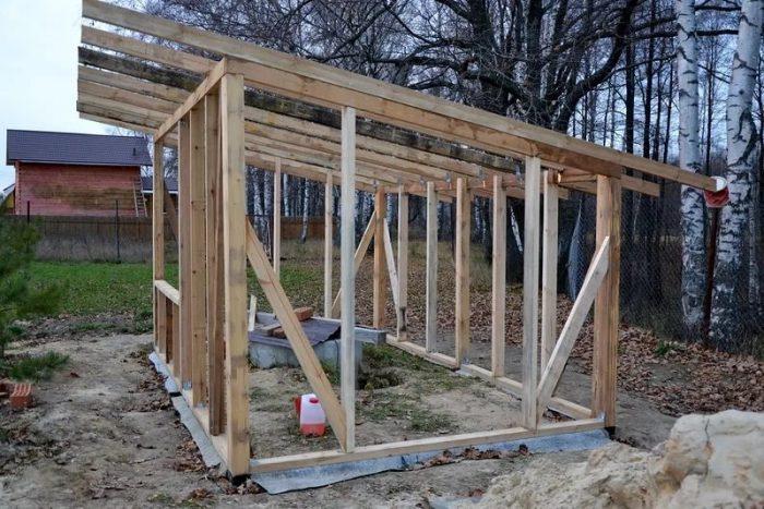 строительство односкатной крыши на бане