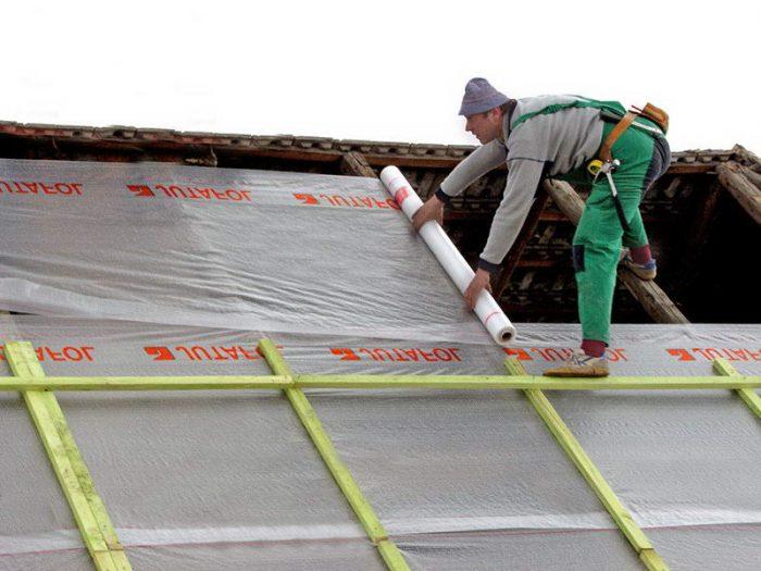 пример укладки пленки на крышу