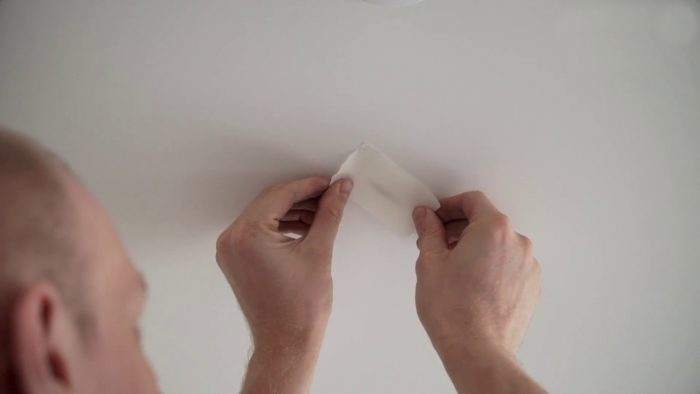 устранение порезов на натяжных потолках