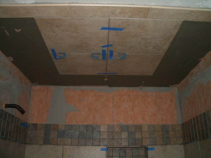 укладка плитки на потолок