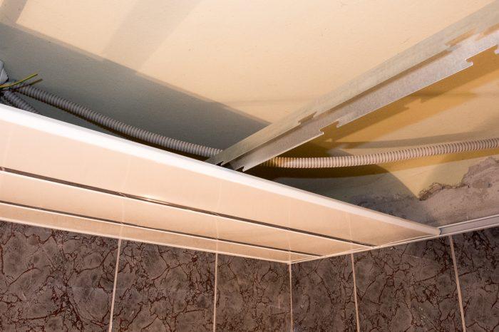 разборка части реечного потолка