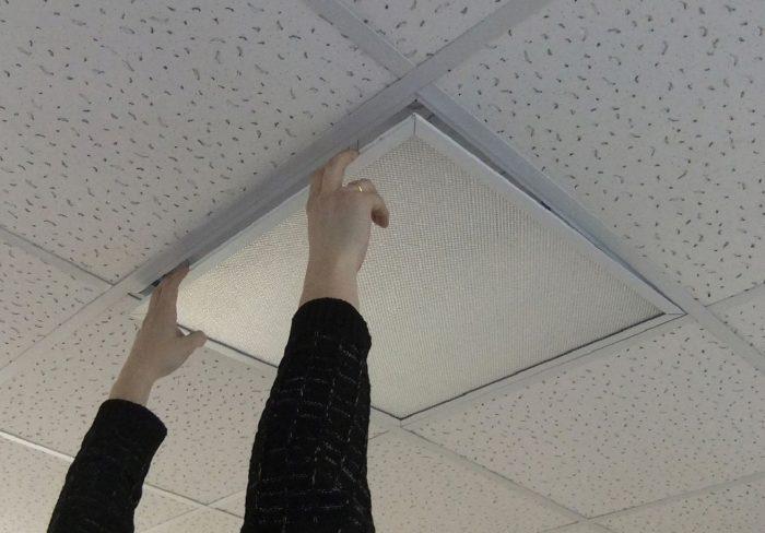 демонтаж металлического потолка