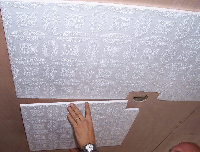 монтаж бесшовной потолочной плитки