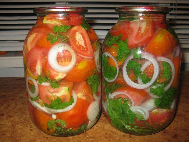 Рецепт помидоров с луком в масле на зиму