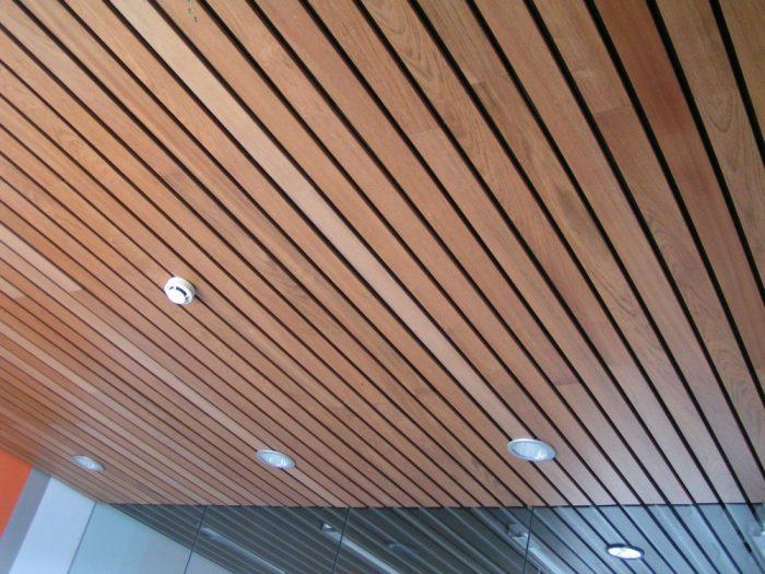деревянный реечный потолок
