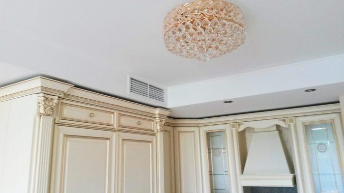 выбор цветового решения потолка