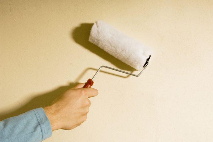 техника окрашивания потолка