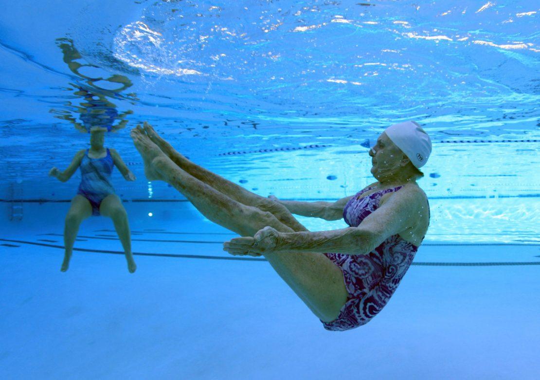 В бассейне под водой