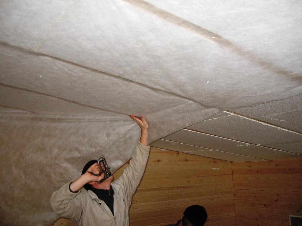 укладка пароизоляции на потолок