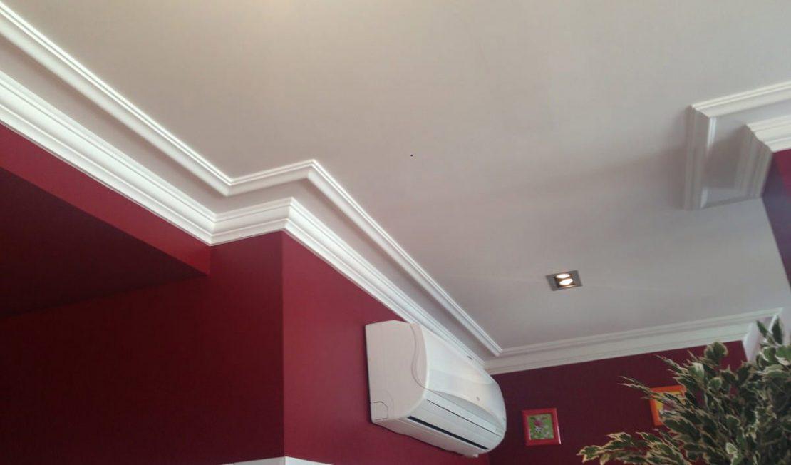 выбор плинтуса для натяжного потолка