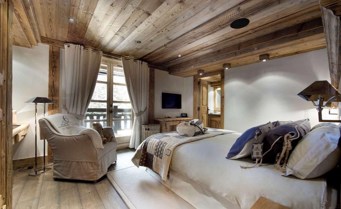 потолок в деревенском стиле
