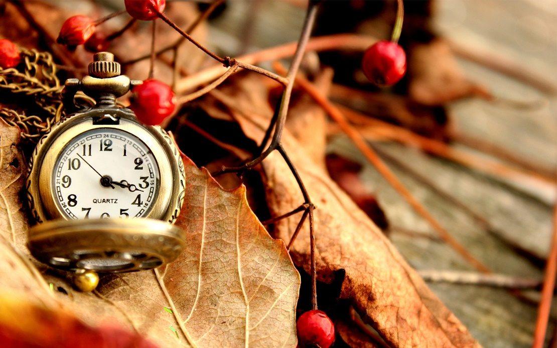 Часы на осенних листьях
