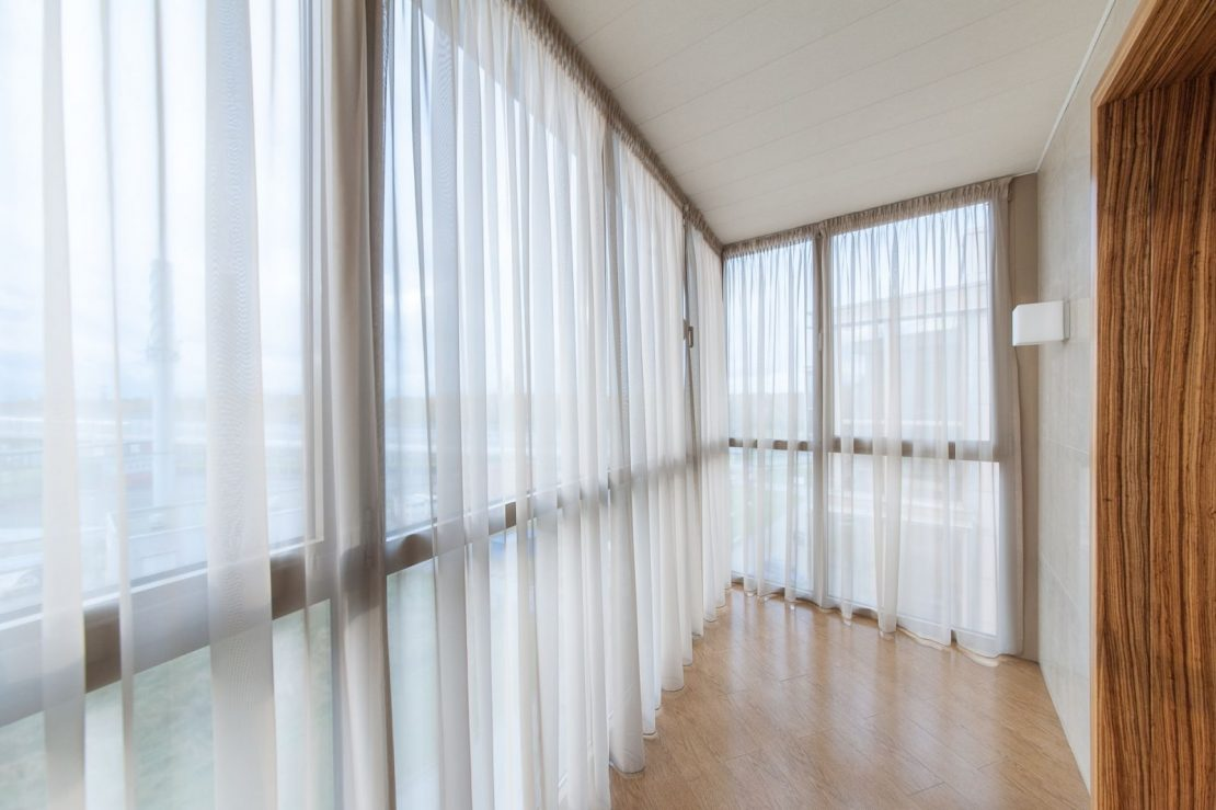 модели занавески на балкон