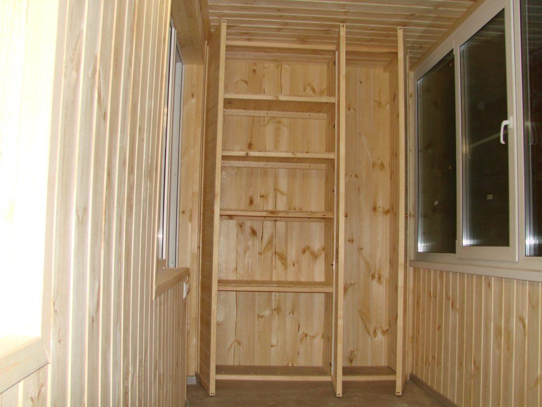 шкаф на балконе из вагонки