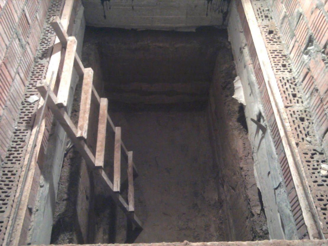 погреб под балконом первого этажа