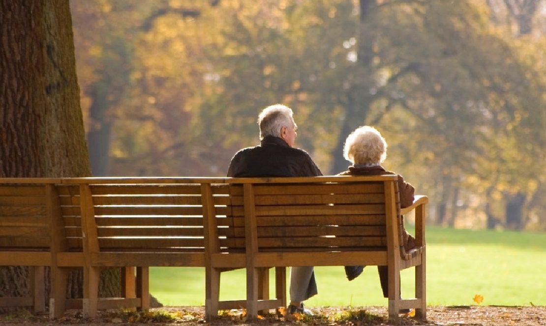 Пенсионеры в парке
