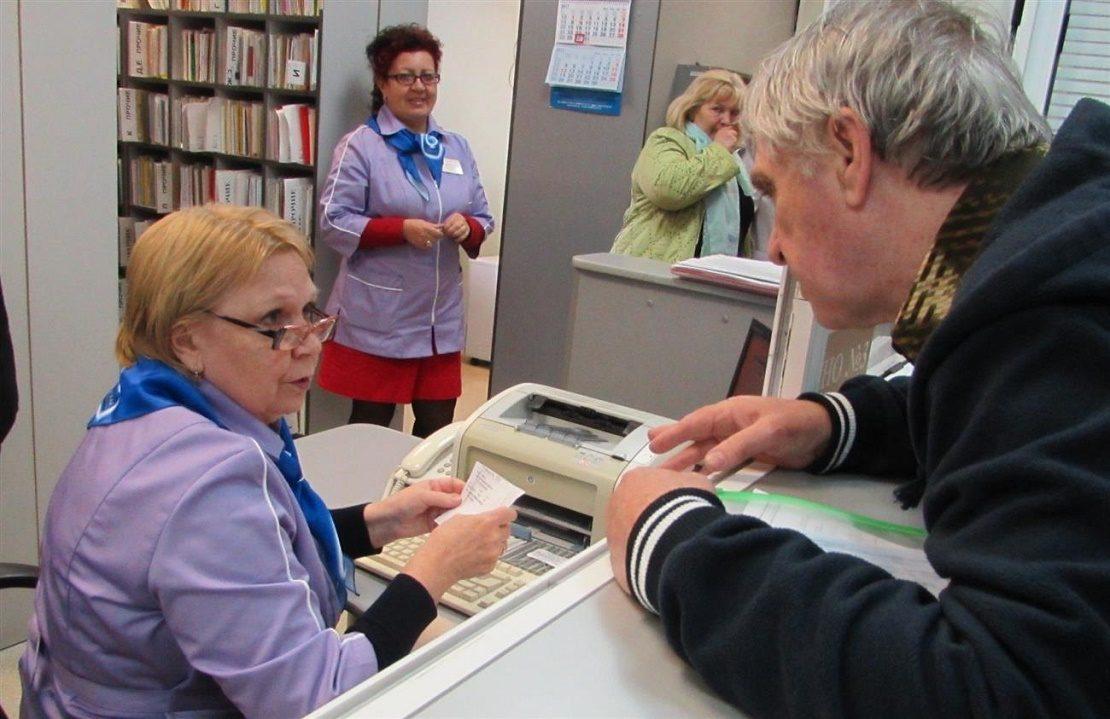 в регистратуре с полисом ОМС