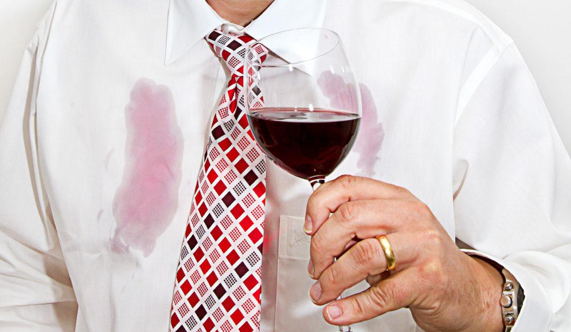 Как избавиться от въевшегося пятна красного вина на белой майке, блузке или брюках?