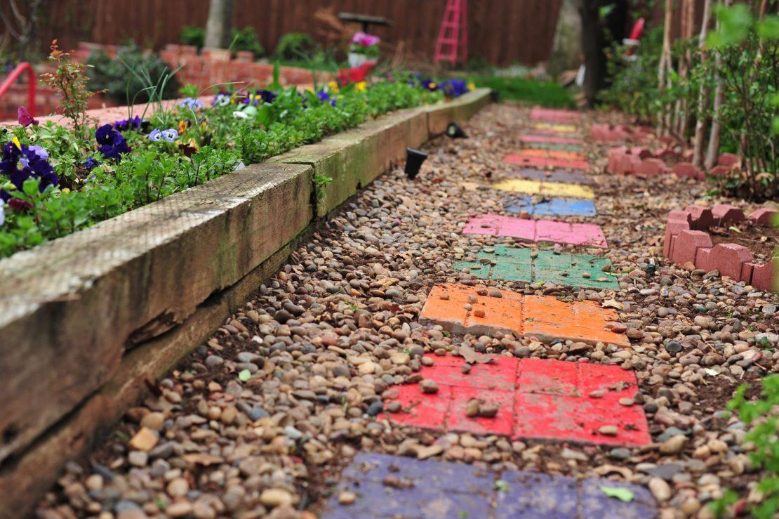 Красивая садовая дорожка на даче