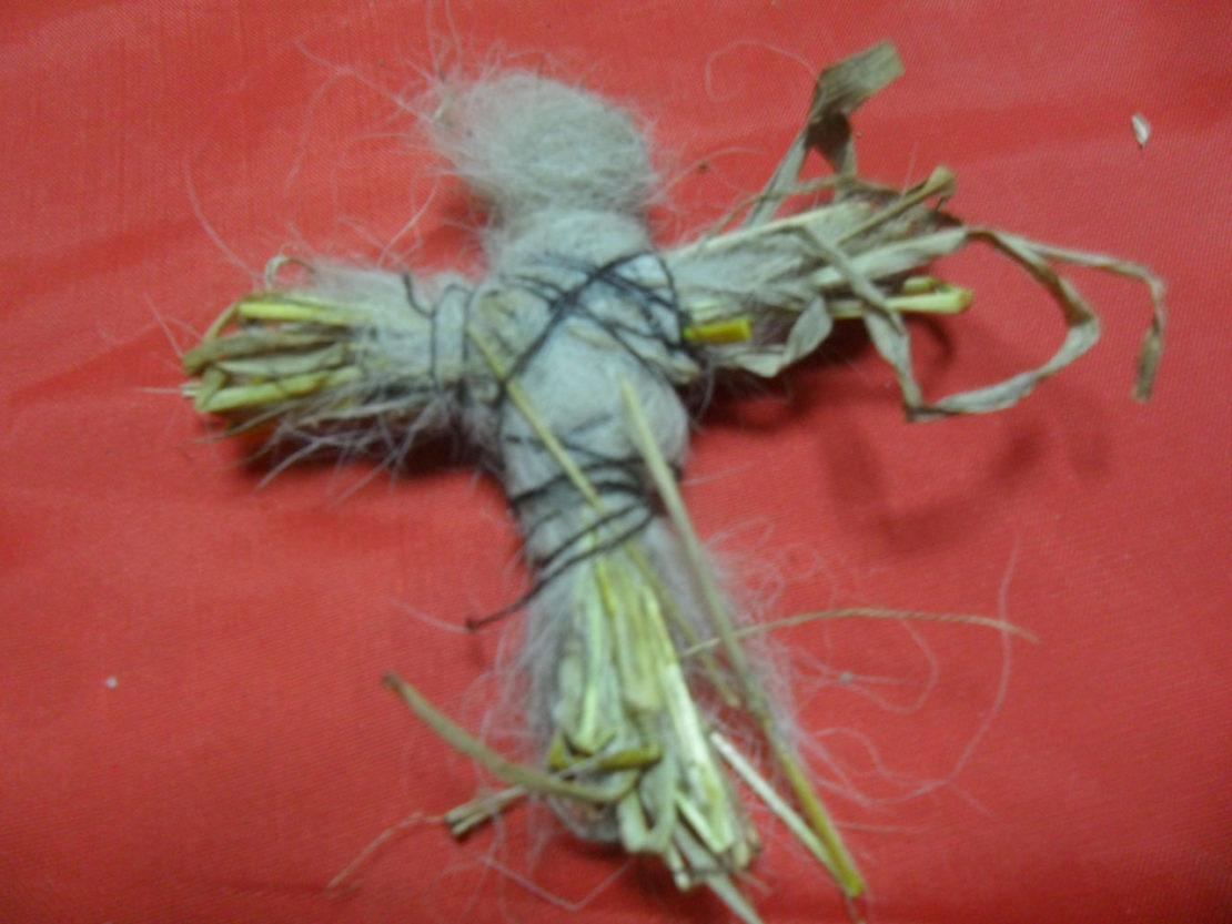 Подклад из травы, шерсти и ниток