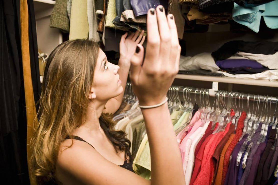 Причины появления запаха в бельевом шкафу
