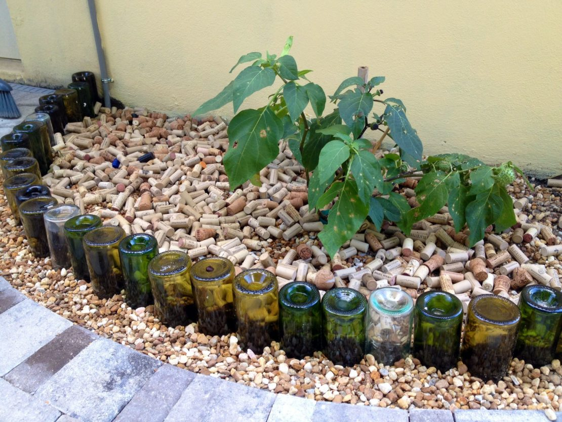 Заборчики для клумб из стеклянных бутылок