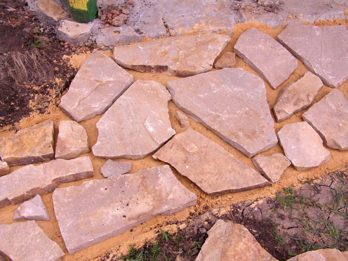 Дорожка на даче из натурального камня