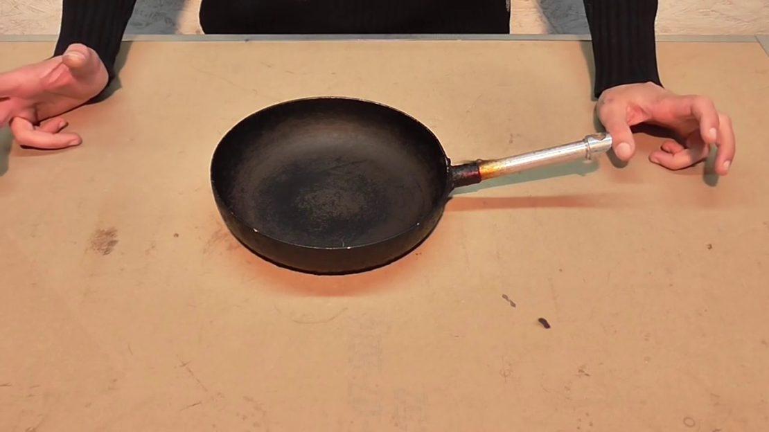 Как очистить сковороду от черного нагара