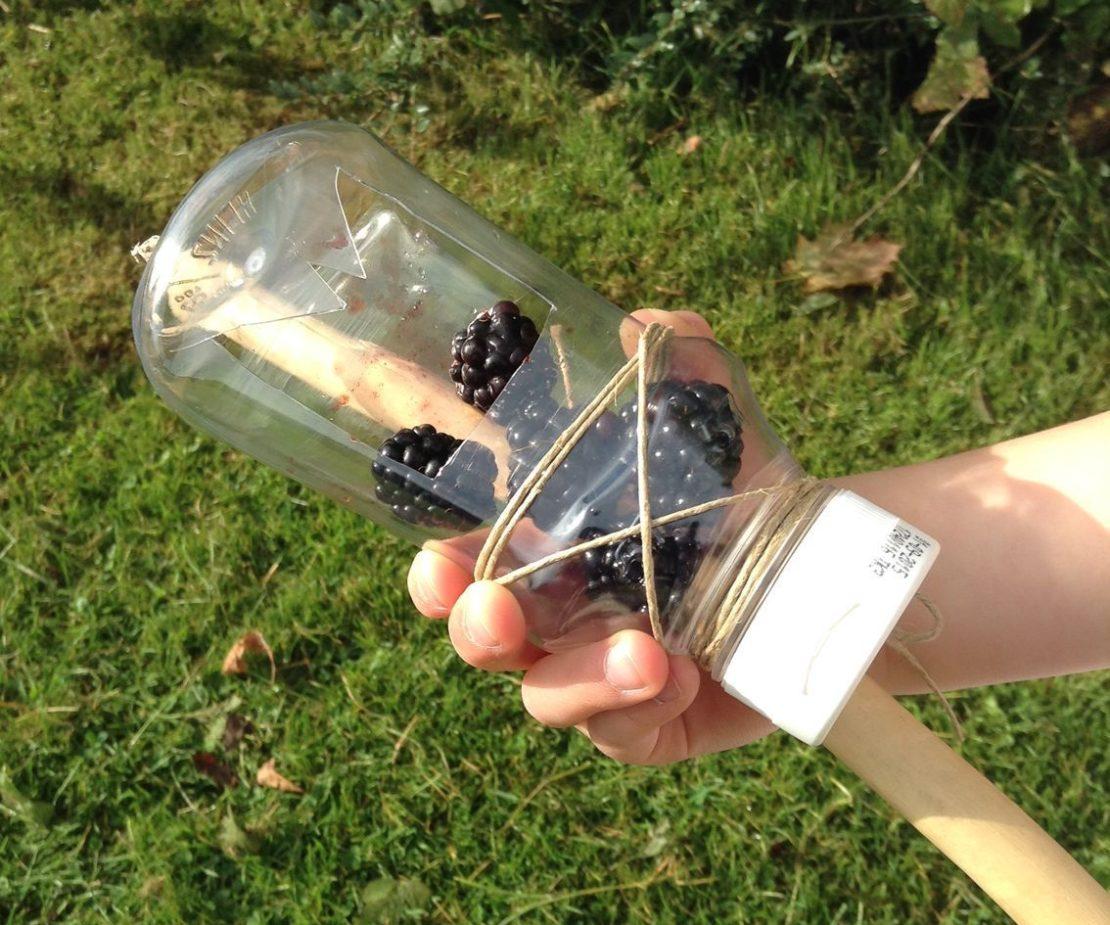 Приспособление для сбора ягод из пластиковой бутылки