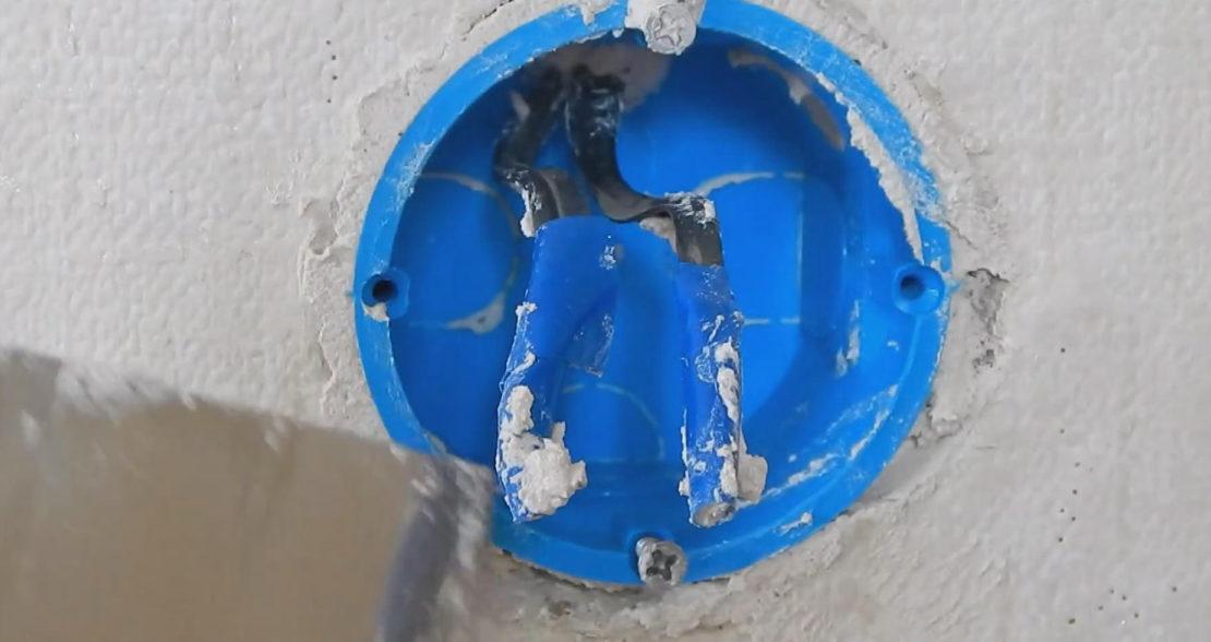 Как закрепить розетку в стене