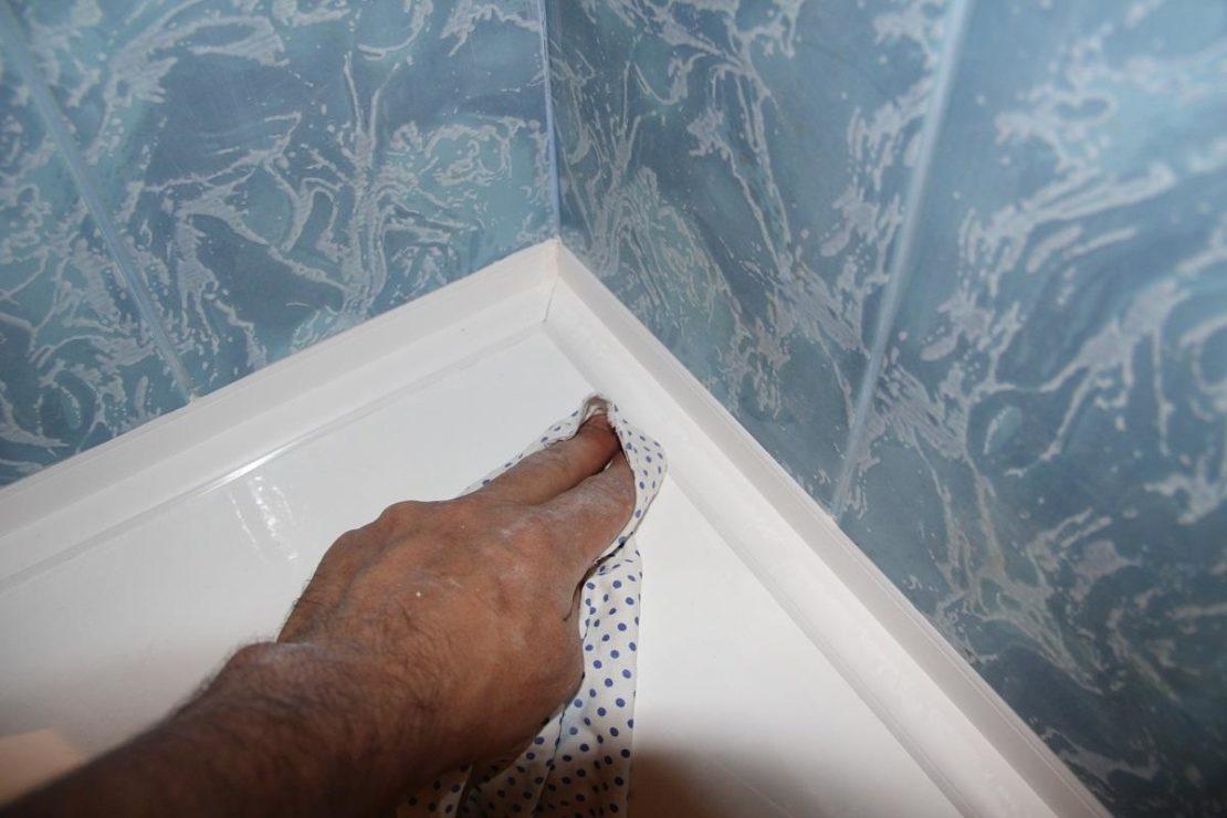 Герметизация щели между ванной и стеной уголком