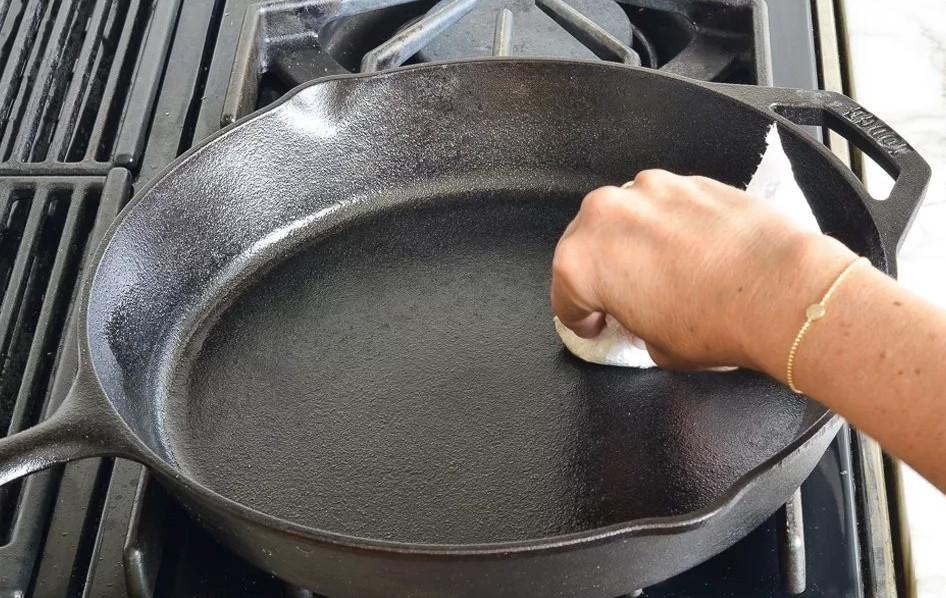 Чем можно очистить чугунные сковородки?