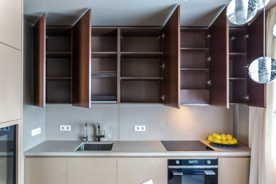 Мебель с распашными дверцами на маленькой кухне