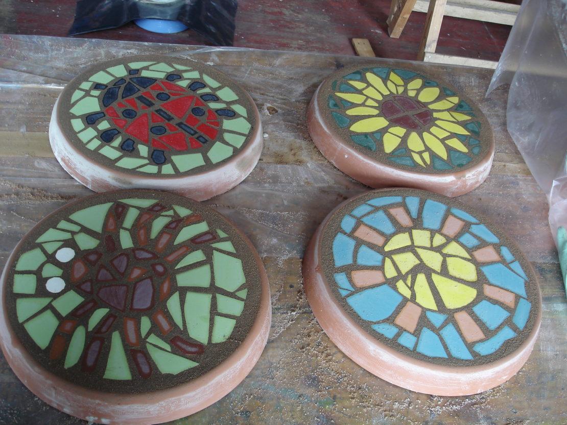 Применение старой кафельной плитки на даче
