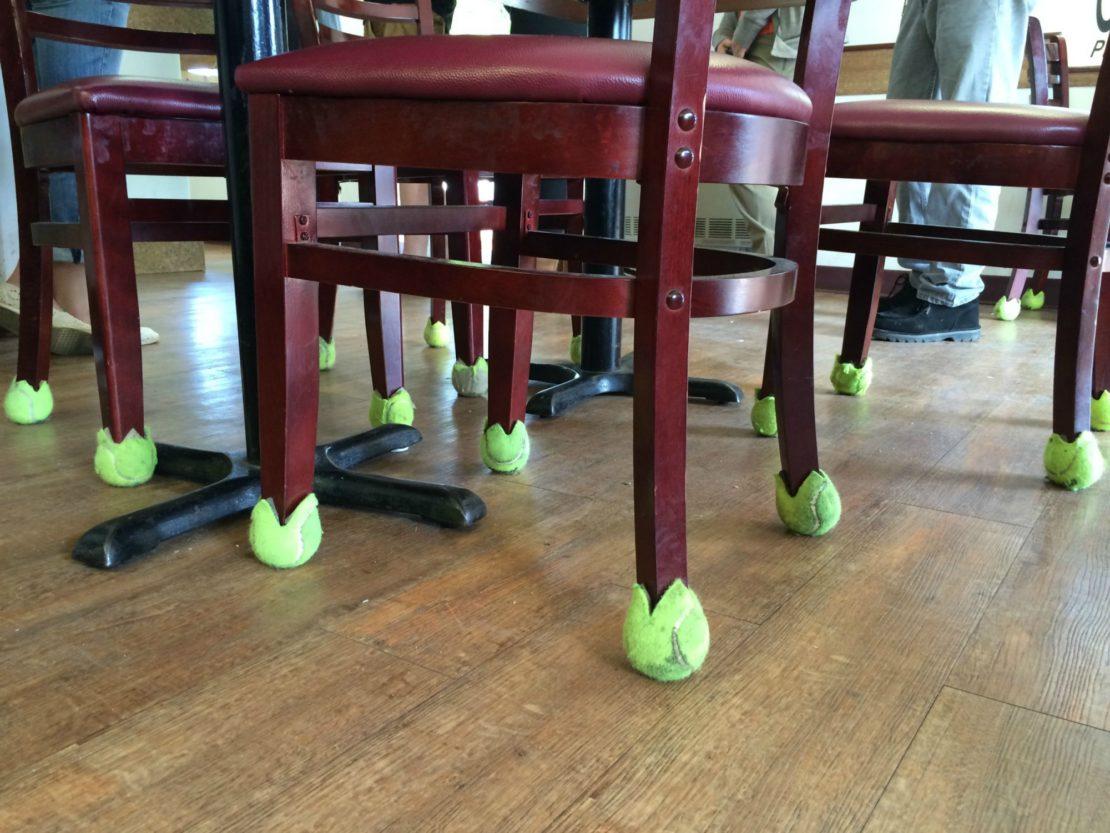 Самодельные носочки для стульев из теннисных мячей