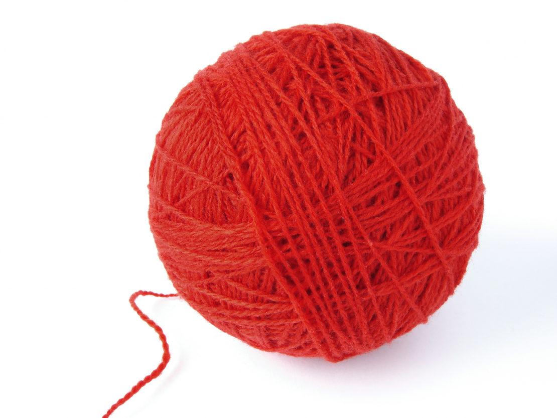 Клубок красных шерстяных нитей