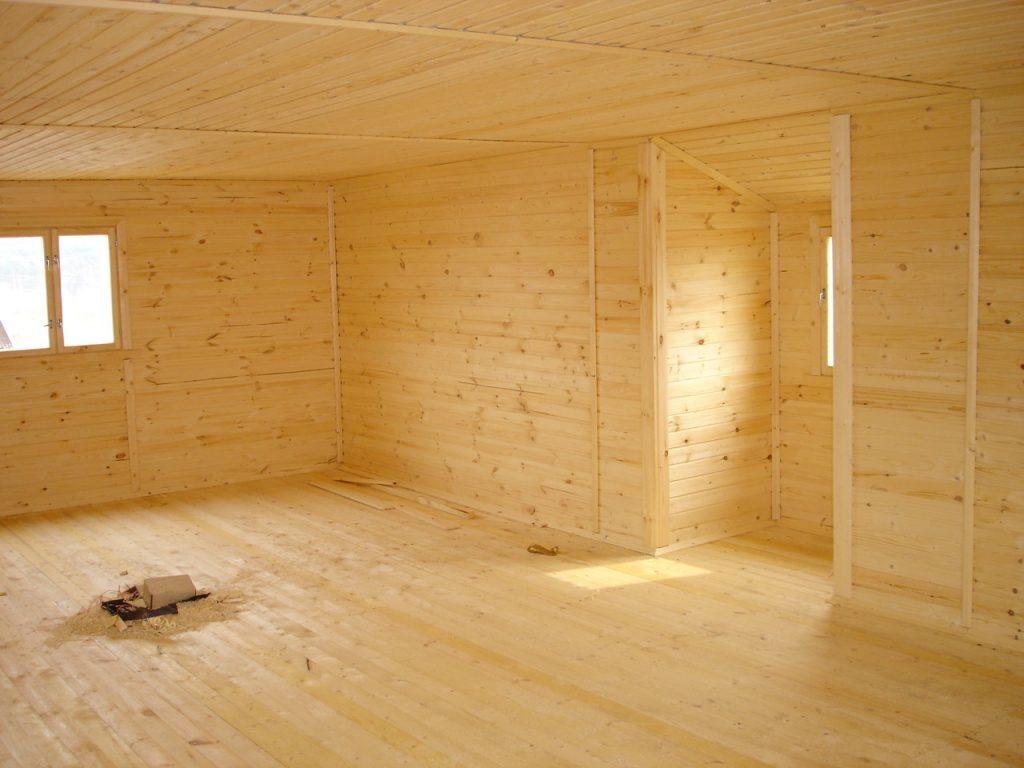 Качественные и недорогие материалы для обшивки стен в доме из дерева