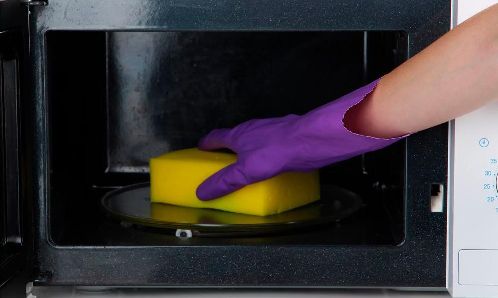 чистим микроволновку губкой