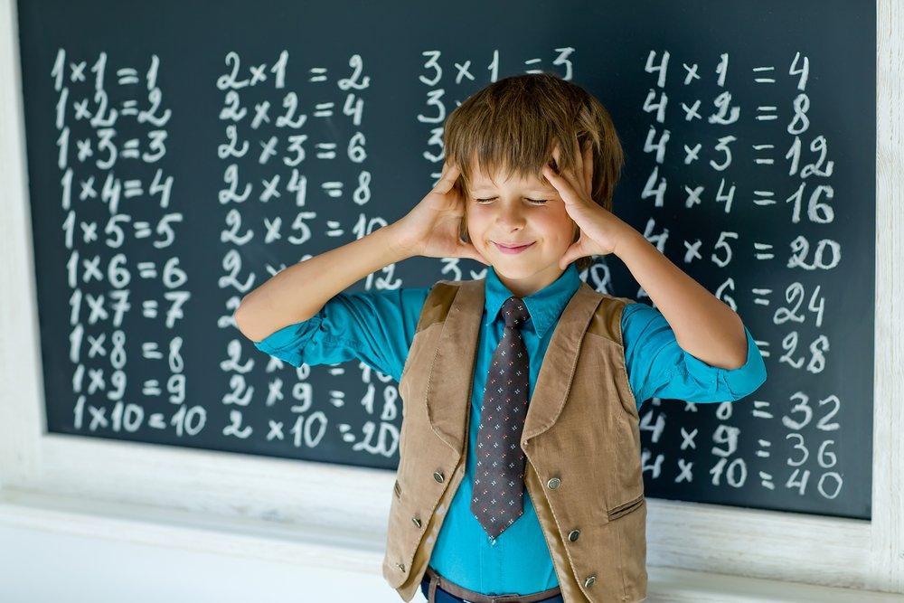 ребенок учит таблицу умножения