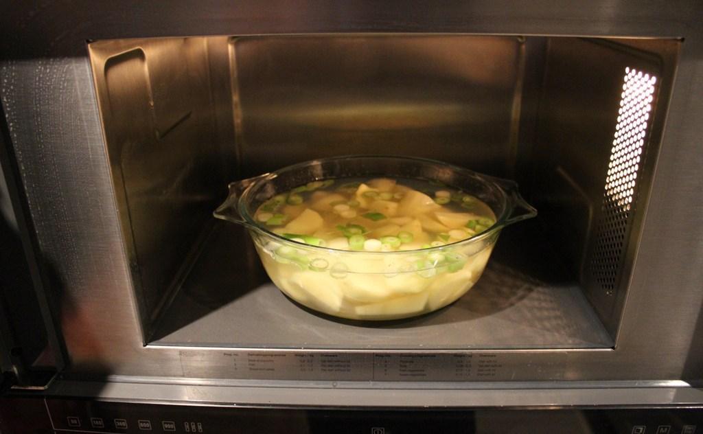 Как готовят картофель в микроволновке