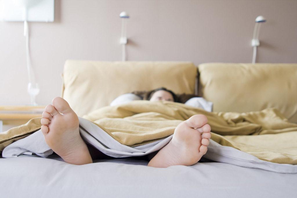 можно ли спать ногами на выход