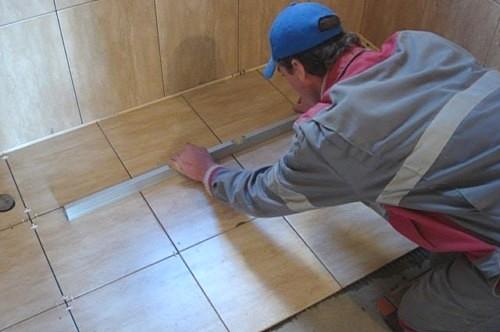 Проверка уровня уложенной плитки