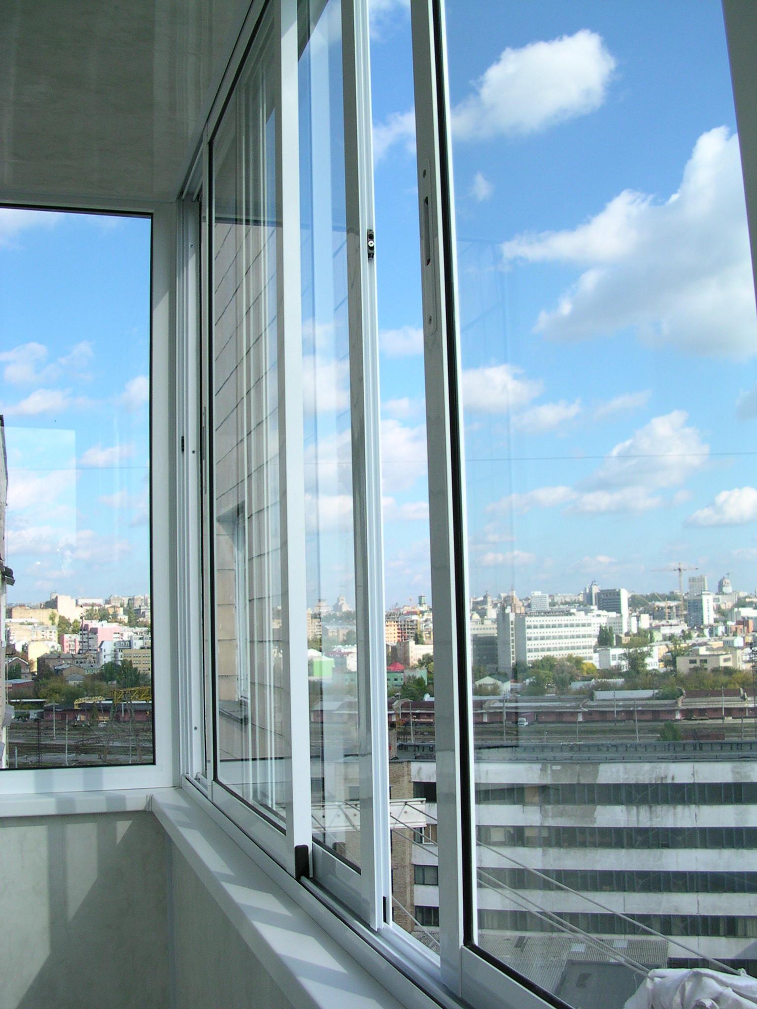 Остекление балкона раздвижными окнами цена..