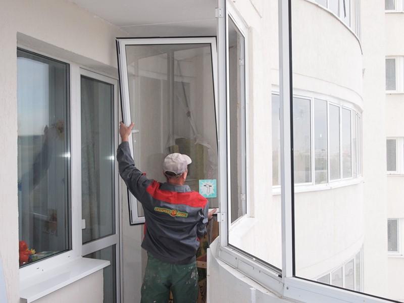 демонтаж старого остекления балкона