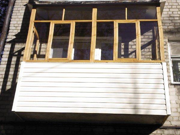 Остекление балконов деревом, достоинства и недостатки деревя.