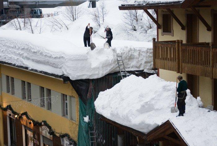 снег на крыше