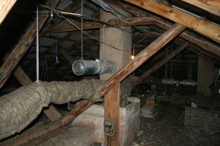осмотр крыши со стороны чердачного помещения
